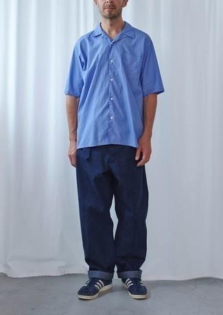 Trend da uomo 2020: Per un outfit quotidiano pieno di carattere e personalità, indossa una camicia a maniche corte blu con chino blu scuro. Sneakers basse in pelle scamosciata blu scuro e bianche sono una validissima scelta per completare il look.