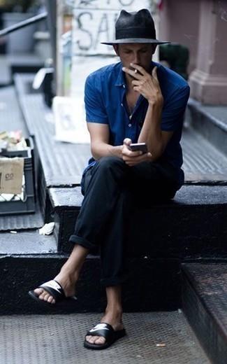 Come indossare e abbinare una camicia a maniche corte blu: Vestiti con una camicia a maniche corte blu e chino neri per un look raffinato per il tempo libero. Se non vuoi essere troppo formale, opta per un paio di sandali in pelle stampati neri e bianchi.