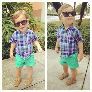 Come indossare: camicia a maniche corte blu, pantaloncini verdi, mocassini eleganti marrone chiaro