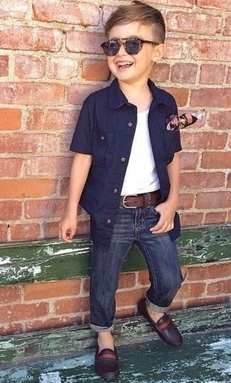 Come indossare e abbinare: camicia a maniche corte blu scuro, canotta bianca, jeans blu scuro, mocassini eleganti in pelle marrone scuro