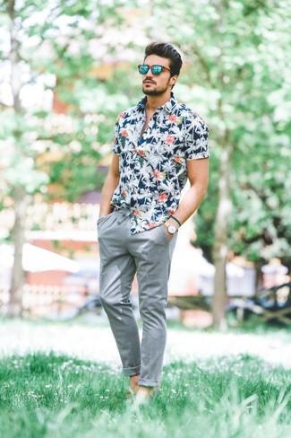Look alla moda per uomo: Camicia a maniche corte a fiori blu
