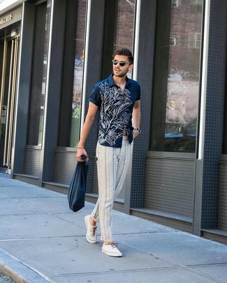 Come indossare e abbinare: camicia a maniche corte a fiori blu scuro e bianca, chino a righe verticali bianchi e blu scuro, sneakers basse di tela bianche, borsa shopping di tela blu scuro