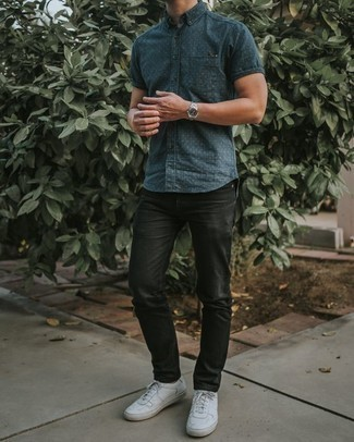 Trend da uomo 2020: Abbina una camicia a maniche corte a pois blu scuro con jeans neri per un look raffinato per il tempo libero. Un paio di sneakers basse in pelle bianche si abbina alla perfezione a una grande varietà di outfit.