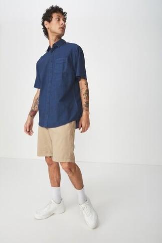 Come indossare e abbinare: camicia a maniche corte blu scuro, pantaloncini marrone chiaro, sneakers basse in pelle bianche, calzini bianchi