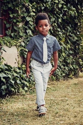 Come indossare e abbinare: camicia a maniche corte a pois blu scuro, pantaloni azzurri, scarpe oxford blu, cravatta azzurra
