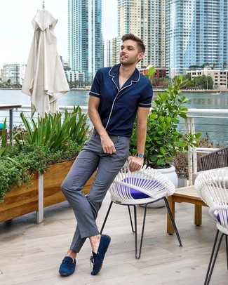 Come indossare: camicia a maniche corte blu scuro, pantaloni eleganti grigi, mocassini driving in pelle scamosciata blu scuro