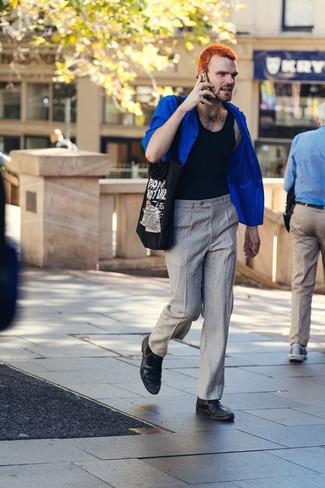 Come indossare e abbinare una camicia a maniche corte blu: Coniuga una camicia a maniche corte blu con chino grigi per affrontare con facilità la tua giornata. Lascia uscire il Riccardo Scamarcio che è in te e indossa un paio di stivali chelsea in pelle neri per dare un tocco di classe al tuo look.
