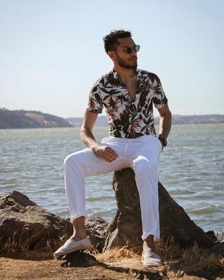 Trend da uomo 2021: Prova ad abbinare una camicia a maniche corte a fiori bianca con chino bianchi per vestirti casual. Rifinisci questo look con un paio di espadrillas di tela a righe orizzontali grigie.