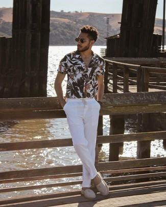 Trend da uomo 2021: Vestiti con una camicia a maniche corte a fiori bianca e chino bianchi per un outfit comodo ma studiato con cura. Un paio di espadrillas di tela a righe orizzontali grigie si abbina alla perfezione a una grande varietà di outfit.