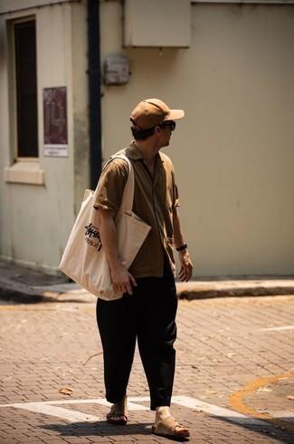 Come indossare e abbinare una camicia a maniche corte marrone chiaro: Prova a combinare una camicia a maniche corte marrone chiaro con chino neri per vestirti casual. Sandali in pelle scamosciata marrone chiaro renderanno il tuo look davvero alla moda.