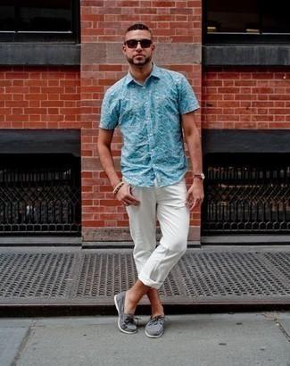 Come indossare e abbinare occhiali da sole bordeaux: Combina una camicia a maniche corte stampata acqua con occhiali da sole bordeaux per un look comfy-casual. Indossa un paio di scarpe da barca di tela grigie per mettere in mostra il tuo gusto per le scarpe di alta moda.