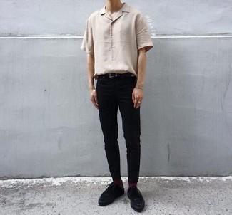 Moda ragazzo adolescente: Mostra il tuo stile in una camicia a maniche corte beige con chino neri per affrontare con facilità la tua giornata. Rifinisci il completo con un paio di scarpe derby in pelle scamosciata nere.
