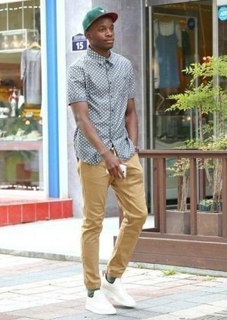 Come indossare e abbinare calzini verde scuro: Abbina una camicia a maniche corte stampata grigia con calzini verde scuro per una sensazione di semplicità e spensieratezza. Scegli uno stile classico per le calzature e prova con un paio di scarpe sportive bianche.