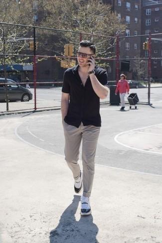 Come indossare e abbinare calzini neri: Per un outfit della massima comodità, coniuga una camicia a maniche corte nera con calzini neri. Scarpe sportive bianche e nere sono una eccellente scelta per completare il look.