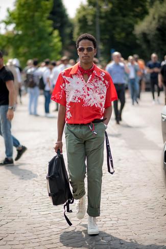 Come indossare e abbinare: camicia a maniche corte a fiori rossa, chino verde oliva, sneakers alte bianche, zaino in pelle nero e bianco