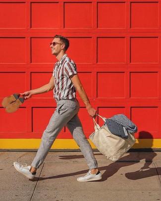 Come indossare: camicia a maniche corte a righe verticali bianca e rossa, chino di lino beige, sneakers basse in pelle bianche, borsa shopping di tela beige