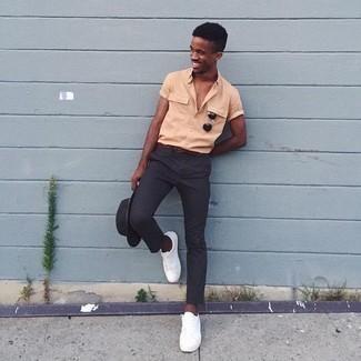 Come indossare e abbinare un borsalino di lana grigio scuro: Abbina una camicia a maniche corte arancione con un borsalino di lana grigio scuro per un look perfetto per il weekend. Completa il tuo abbigliamento con un paio di sneakers basse bianche.