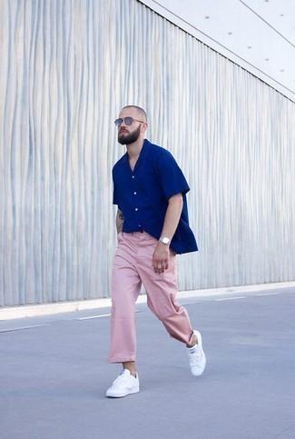 Come indossare e abbinare una camicia a maniche corte blu: Vestiti con una camicia a maniche corte blu e chino rosa per un outfit comodo ma studiato con cura. Sneakers basse in pelle bianche sono una gradevolissima scelta per completare il look.