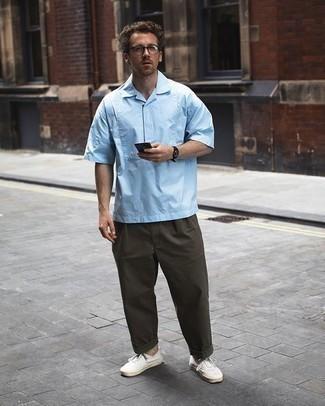 Come indossare e abbinare una camicia a maniche corte azzurra: Scegli una camicia a maniche corte azzurra e chino verde oliva per un look trendy e alla mano. Rifinisci questo look con un paio di sneakers basse di tela bianche.