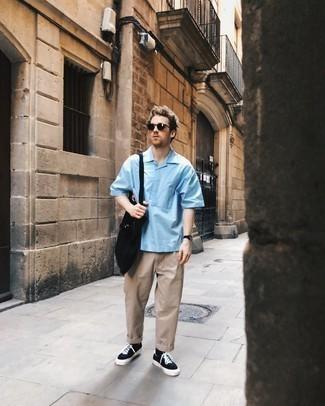 Come indossare e abbinare una camicia a maniche corte azzurra: Indossa una camicia a maniche corte azzurra e chino beige per un look semplice, da indossare ogni giorno. Rifinisci questo look con un paio di sneakers basse di tela nere e bianche.