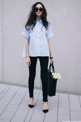 Come indossare: camicia a maniche corte azzurra, jeans aderenti strappati neri, décolleté in pelle scamosciata neri, borsa shopping in pelle nera