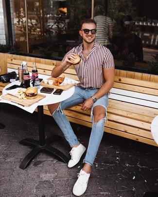 Come indossare e abbinare: camicia a maniche corte a righe verticali bianca e rossa, jeans aderenti strappati azzurri, sneakers basse in pelle bianche, occhiali da sole marrone scuro