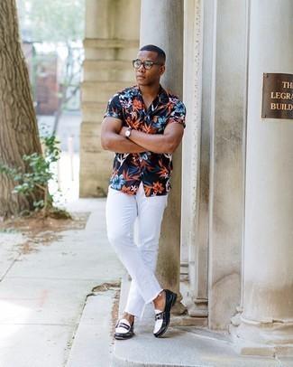 Trend da uomo 2020: Prova ad abbinare una camicia a maniche corte a fiori blu scuro con jeans bianchi per un look raffinato per il tempo libero. Scegli un paio di mocassini eleganti in pelle neri e bianchi come calzature per un tocco virile.