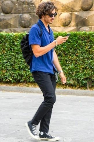 Come indossare e abbinare una camicia a maniche corte blu: Abbina una camicia a maniche corte blu con jeans neri per un outfit comodo ma studiato con cura. Mettiti un paio di sneakers alte di tela nere e bianche per un tocco più rilassato.