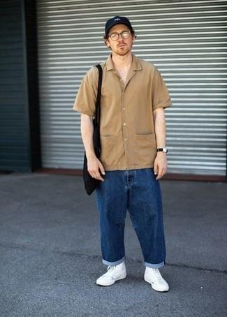Look alla moda per uomo: Camicia a maniche corte marrone chiaro, Jeans blu scuro, Sneakers alte di tela bianche, Borsa shopping di tela nera