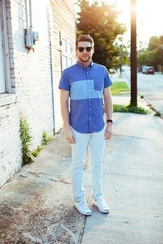 Come indossare e abbinare una camicia a maniche corte blu: Scegli una camicia a maniche corte blu e jeans bianchi per un fantastico look da sfoggiare nel weekend. Sneakers basse di tela bianche sono una interessante scelta per completare il look.