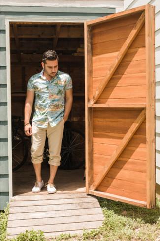 Questa combinazione di una camicia a maniche corte multicolore e pantaloni chino marrone chiaro è perfetta per il tempo libero. Rifinisci questo look con un paio di scarpe da ginnastica di tela bianche.