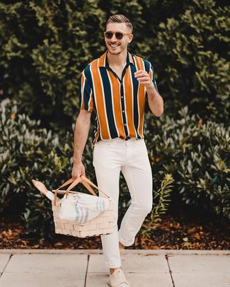 Come indossare: camicia a maniche corte a righe verticali multicolore, jeans aderenti bianchi, sneakers basse in pelle scamosciata beige, occhiali da sole marroni