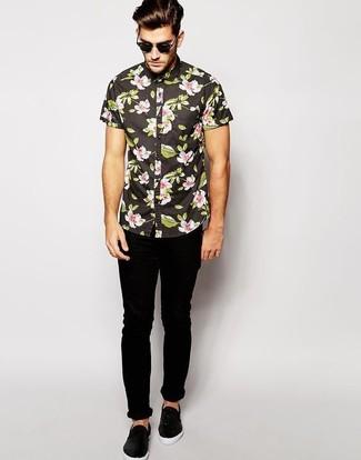 Come indossare: camicia a maniche corte a fiori nera, jeans aderenti neri, sneakers senza lacci in pelle nere, occhiali da sole neri