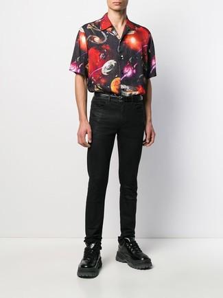 Come indossare e abbinare: camicia a maniche corte stampata nera, jeans neri, scarpe sportive in pelle nere, cintura in pelle nera