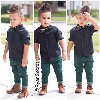 Come indossare: camicia a maniche corte nera, jeans verdi, stivali marrone chiaro, papillon verde scuro