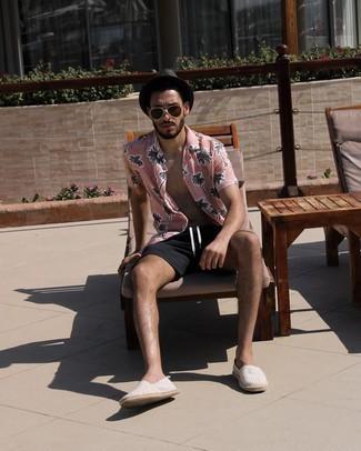 Trend da uomo 2021: Metti una camicia a maniche corte stampata rosa e pantaloncini neri per un look spensierato e alla moda. Espadrillas di tela a righe orizzontali grigie sono una eccellente scelta per completare il look.