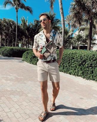 Look alla moda per uomo: Camicia a maniche corte a fiori bianca, Pantaloncini beige, Sandali in pelle grigi, Marsupio di tela stampato marrone