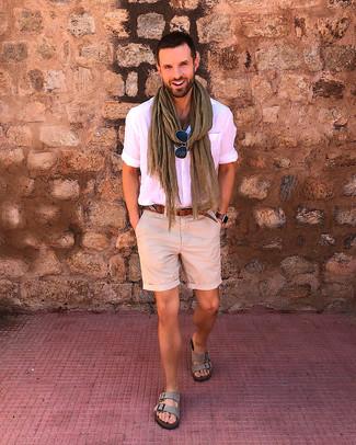 Come indossare e abbinare: camicia a maniche corte rosa, pantaloncini beige, sandali in pelle scamosciata grigi, cintura in pelle marrone