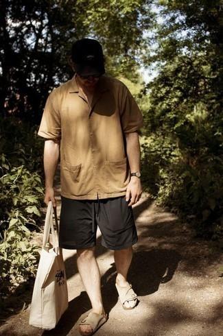 Come indossare e abbinare una camicia a maniche corte marrone chiaro: Mostra il tuo stile in una camicia a maniche corte marrone chiaro con pantaloncini neri per un look raffinato per il tempo libero. Per un look più rilassato, opta per un paio di sandali in pelle scamosciata beige.