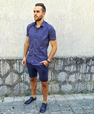 Trend da uomo 2020: Indossa una camicia a maniche corte stampata blu scuro con pantaloncini blu scuro per un look raffinato per il tempo libero. Calza un paio di scarpe brogue in pelle blu scuro per dare un tocco classico al completo.