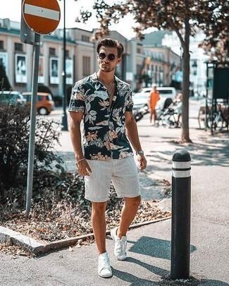 Come indossare e abbinare sneakers basse di tela bianche: Abbina una camicia a maniche corte a fiori blu scuro con pantaloncini bianchi per un look raffinato per il tempo libero. Questo outfit si abbina perfettamente a un paio di sneakers basse di tela bianche.