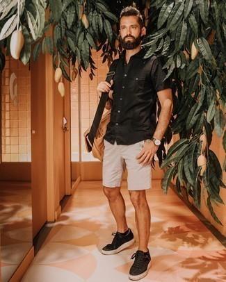 Come indossare e abbinare una borsa a tracolla di tela marrone chiaro: Combina una camicia a maniche corte nera con una borsa a tracolla di tela marrone chiaro per un'atmosfera casual-cool. Indossa un paio di sneakers basse di tela nere per mettere in mostra il tuo gusto per le scarpe di alta moda.