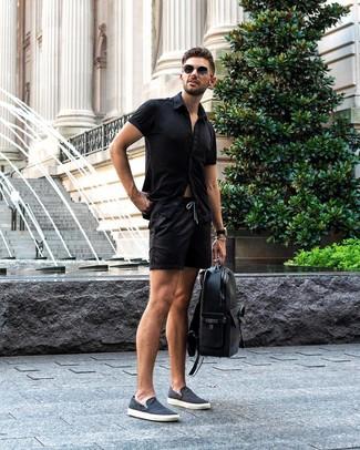 Come indossare e abbinare: camicia a maniche corte nera, pantaloncini neri, sneakers senza lacci di tela blu scuro, zaino in pelle nero