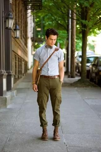 Come indossare: camicia a maniche corte azzurra, pantaloni cargo verde oliva, stivali casual in pelle marrone scuro, borsa a tracolla in pelle marrone
