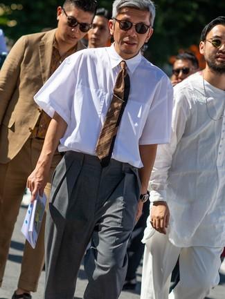 Come indossare e abbinare: camicia a maniche corte bianca, pantaloni eleganti grigi, cravatta a righe orizzontali marrone, occhiali da sole marrone scuro