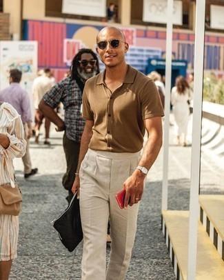 Come indossare e abbinare una pochette di tela nera: Una camicia a maniche corte marrone chiaro e una pochette di tela nera trasmettono una sensazione di semplicità e spensieratezza.