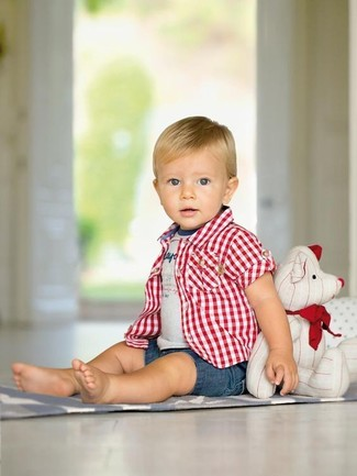 Come indossare: camicia a maniche corte scozzese rossa, t-shirt stampata grigia, pantaloncini di jeans blu