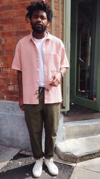 Come indossare e abbinare chino verde oliva: Indossa una camicia a maniche corte rosa e chino verde oliva per un outfit comodo ma studiato con cura. Se non vuoi essere troppo formale, mettiti un paio di sneakers alte di tela bianche.
