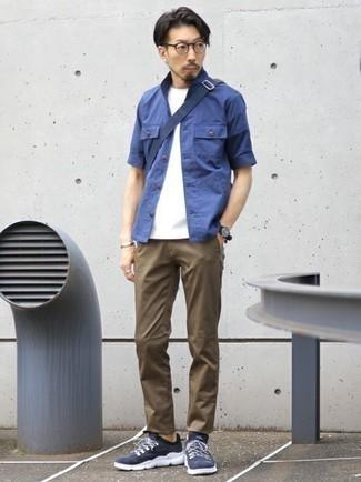 Come indossare e abbinare una camicia a maniche corte blu: Per creare un adatto a un pranzo con gli amici nel weekend punta su una camicia a maniche corte blu e chino marroni. Se non vuoi essere troppo formale, scegli un paio di scarpe sportive blu scuro e bianche come calzature.