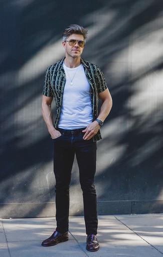 Moda uomo anni 40: Metti una camicia a maniche corte stampata blu scuro e jeans blu scuro per un look spensierato e alla moda. Mostra il tuo gusto per le calzature di alta classe con un paio di mocassini eleganti in pelle bordeaux.